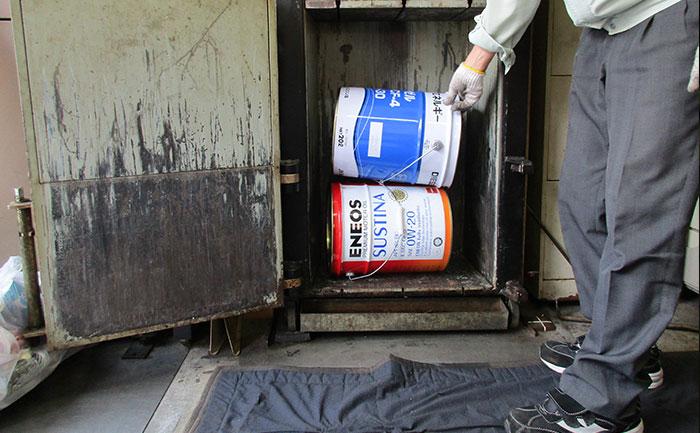カンプレッサー5Pにペール缶を投入