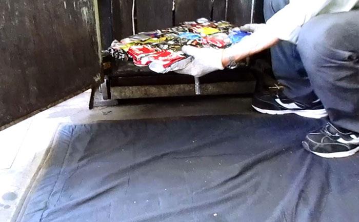 ブロック状にしたアルミ缶の取り出し
