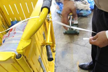 圧縮完了後、いったんカゴを取り出し、結束ひもを適切な長さでカット。