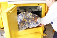 投入口より廃プラスチックを適量投入します。